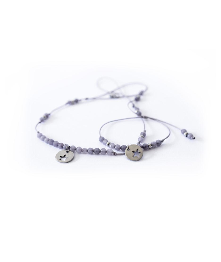 Detalles de la chapa de acero con forma de estrella de la gargantilla y pulsera de cuarzo grisaceo